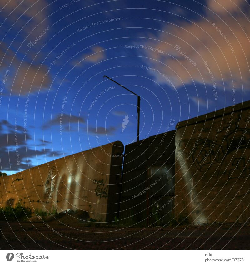 Rostiges Tor (bei Nacht) Einsamkeit Wolken dunkel Bewegung Mauer hell Stimmung Industrie verfallen Quadrat Verbote Taschenlampe Schlachthof