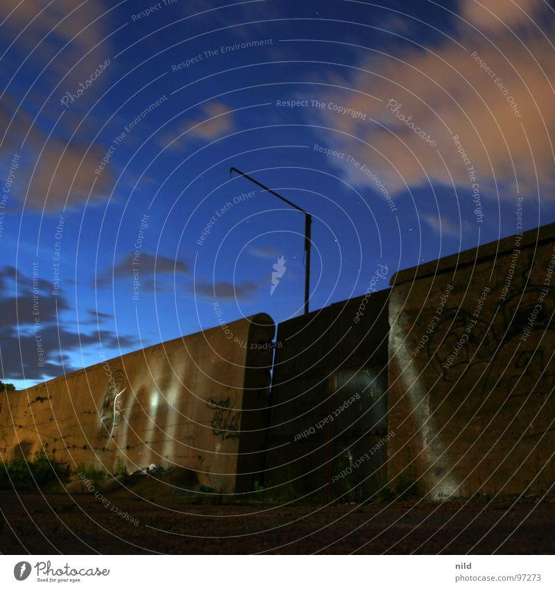 Rostiges Tor (bei Nacht) Einsamkeit Wolken dunkel Bewegung Mauer hell Stimmung Industrie verfallen Tor Quadrat Rost Verbote Taschenlampe Schlachthof