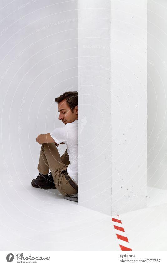 Hinter dem Ziel Mensch Jugendliche Erholung Einsamkeit Junger Mann 18-30 Jahre Erwachsene Leben Traurigkeit Gefühle Gesundheit Raum nachdenklich sitzen