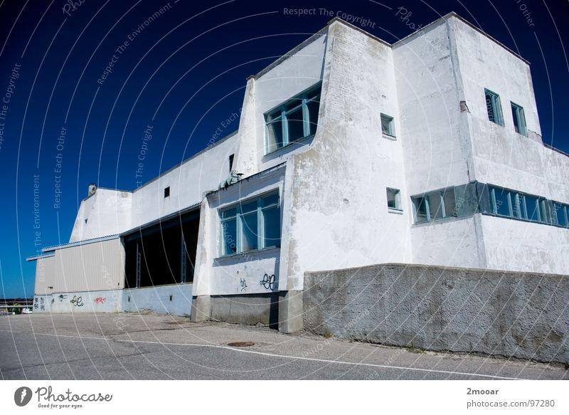 Fabrik weiß blau Stadt Haus Einsamkeit Gebäude groß Europa Industrie einfach verfallen Amerika Schönes Wetter unbrauchbar