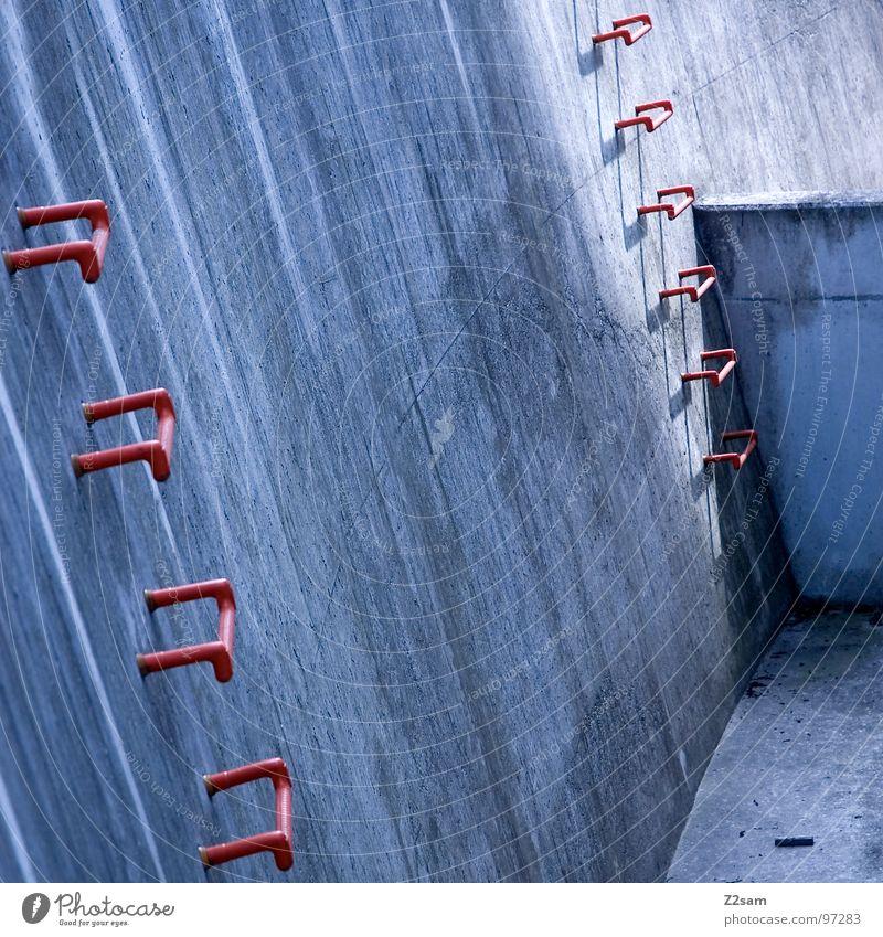 upstairs steigen Leitersprosse Wand steil Notausgang Feuerleiter dreckig Beton Abfluss rot einfach sehr wenige graphisch Detailaufnahme Klettern blau modern