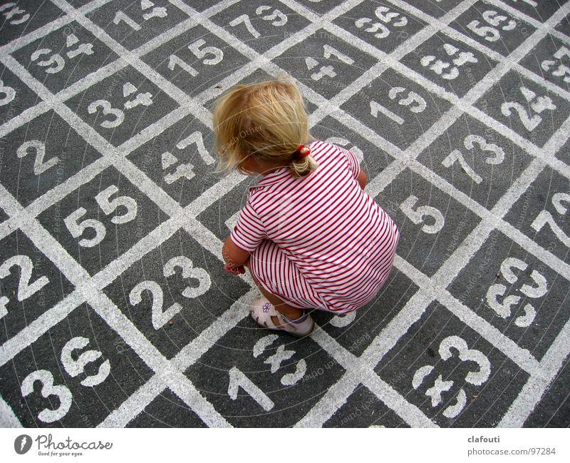 (7*5)+11-4=? Kind Mädchen Spielen Studie Kindheit Vogelperspektive Mensch Ziffern & Zahlen Kleid Asphalt Tag rechnen hocken zählen Mathematik PISA-Studie