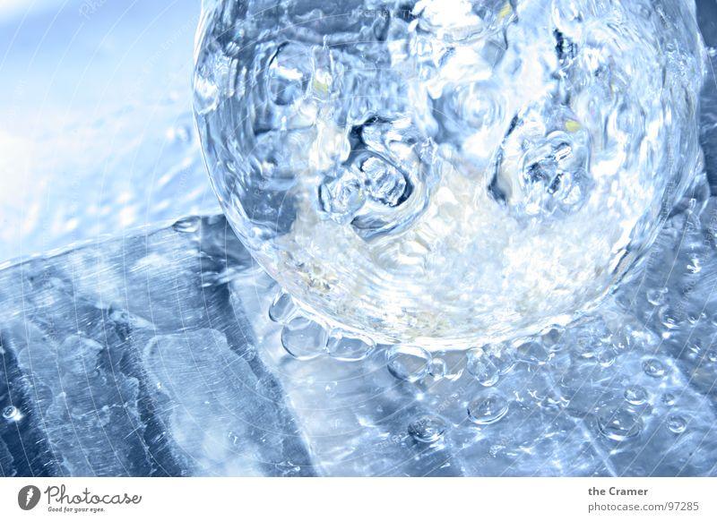 Wasserkugel Wassertropfen spritzen frisch nass Bad Chrom Kugel Glas blau hell kalt Metall water drop splash blue wet Coolness Unter der Dusche (Aktivität)