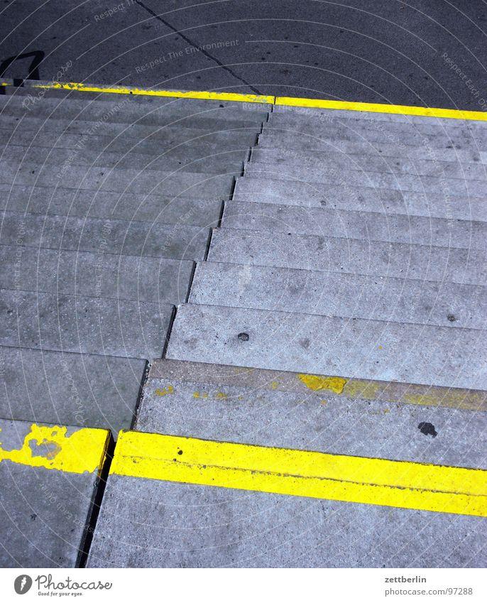 Treppe gelb Farbe Stein Wege & Pfade Schilder & Markierungen Niveau Etage Bahnhof aufwärts steigen abwärts Verschiedenheit aufsteigen Fuge