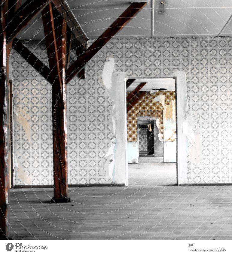 renovierung gefällig? Tapete kaputt verfallen Durchgang Unendlichkeit Türrahmen Holzfußboden Verfall Aussicht Strebe abstützen Vergänglichkeit alt Renovieren