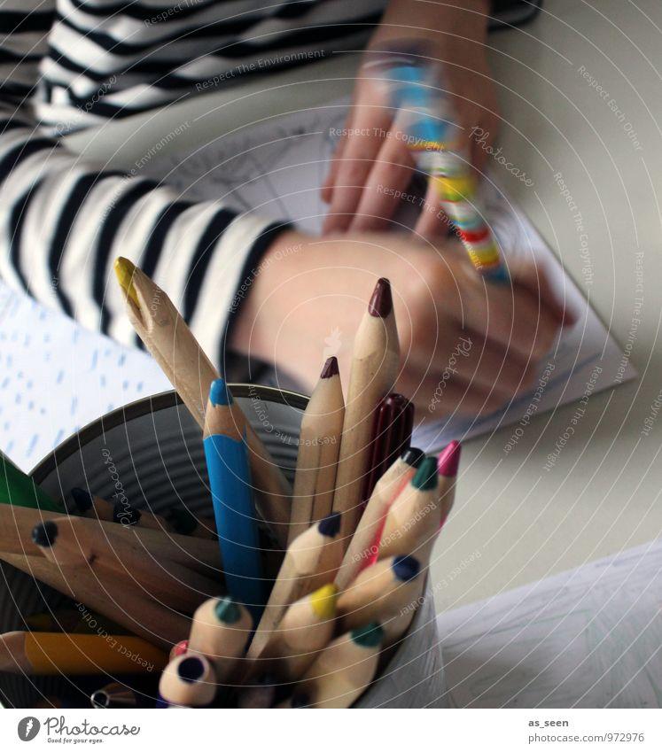 Zeichnen Leben Hand 1 Mensch 3-8 Jahre Kind Kindheit Kunst Maler Gemälde Printmedien T-Shirt Papier Zettel Schreibstift Farbstift authentisch mehrfarbig