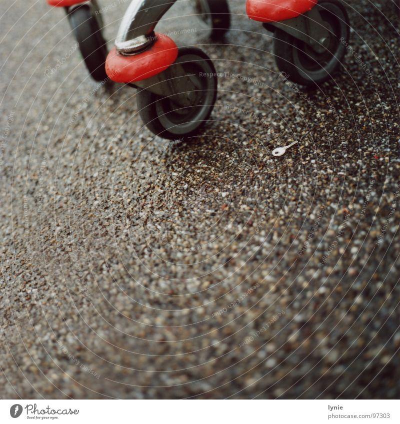 Schlüssel Einsamkeit Regen nass Wassertropfen trist Bodenbelag Rad Langeweile Schlüssel verloren Einkaufswagen