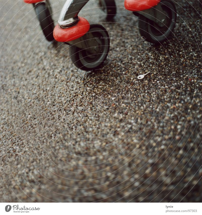 Schlüssel Einsamkeit Regen nass Wassertropfen trist Bodenbelag Rad Langeweile verloren Einkaufswagen