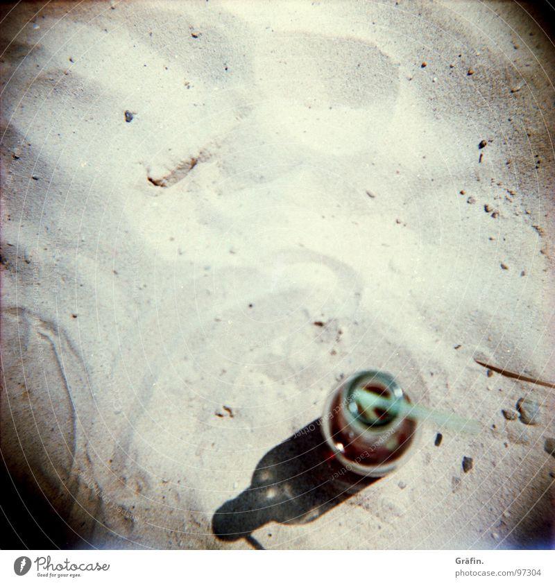 Strandimpression Sommer Freude Erholung Wärme Spielen Sand Glas liegen Getränk trinken Spuren Physik heiß Erfrischung Flasche