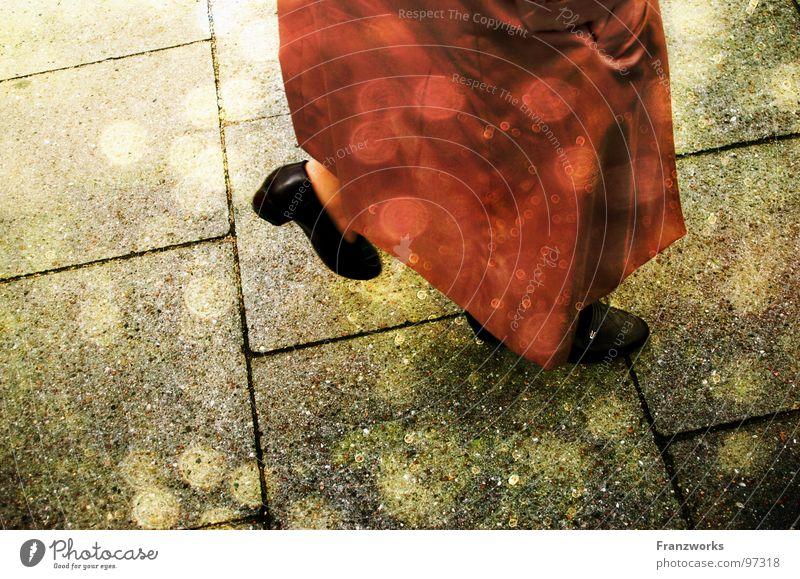 Du wirst deinen Weg gehen... Frau alt schön Sonne Wege & Pfade Stein Beine träumen Zeit gehen Bürgersteig Dame Mantel Märchen unterwegs Lichtpunkt