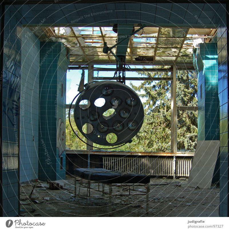 Heilstätte Haus Lampe Raum Krankenhaus Ruine Gebäude Fenster alt Traurigkeit gruselig kaputt Einsamkeit Angst Farbe Vergänglichkeit Liege Operationssaal