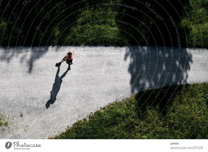 Absicht IV abbiegen Ausdauer Joggen Abzweigung geradeaus Gras Grenze Jogger Junger Mann Leichtigkeit Linientreue Am Rand rot dünn transpirieren Rausch T-Shirt