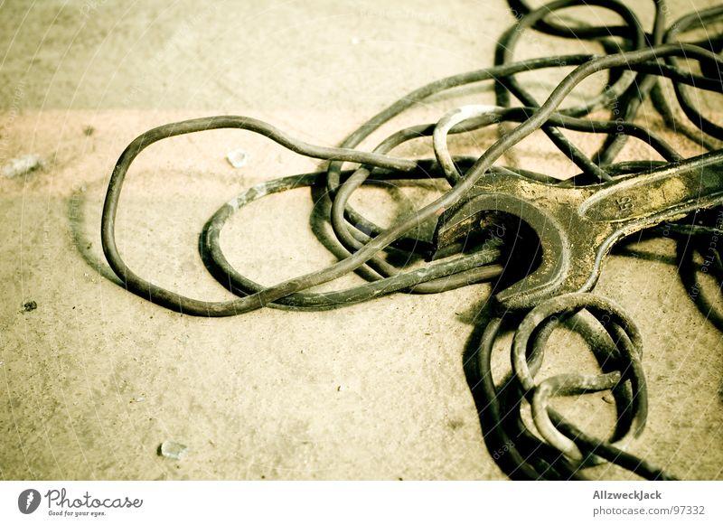 55er Werkzeug Kabelsalat Dinge Metallwaren Müll Reparatur unordentlich Baustelle Schraubenschlüssel Schlüssel Arbeit & Erwerbstätigkeit Pause aufräumen Handwerk