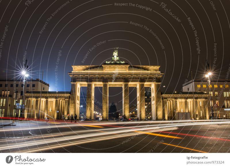 kalte Nacht und warmes Licht am Brandenburger Tor Tourismus Ausflug Deutschland Architektur Sehenswürdigkeit Straße Ampel PKW historisch Symmetrie Berlin urban