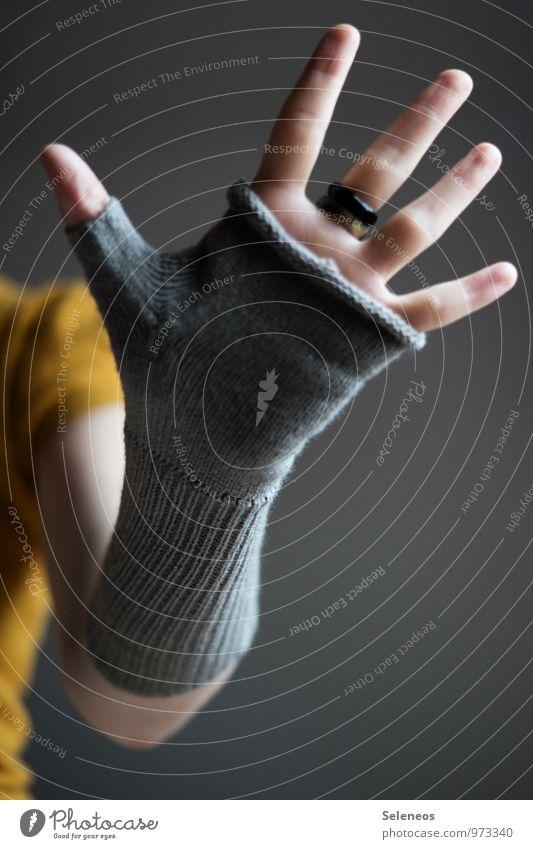 give me five Mensch Arme Hand Finger 1 Winter Bekleidung Accessoire Handschuhe kalt kuschlig Wärme wollhandschuhe Kreis 5 Farbfoto Innenaufnahme Nahaufnahme