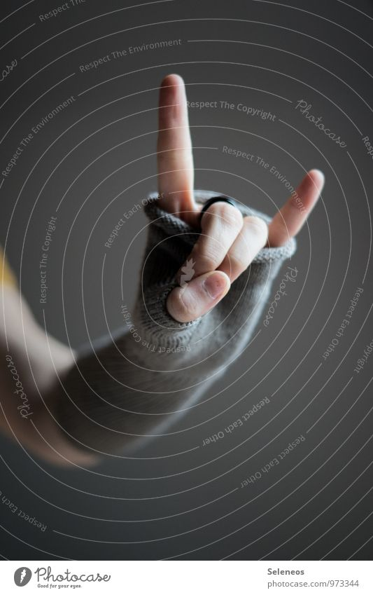 Rock´n Roll Arme Hand Finger 1 Mensch Herbst Winter Ring Handschuhe kalt Wärme weich Rockmusik rocken Rock 'n' Roll Zeichen gestikulieren Farbfoto Innenaufnahme