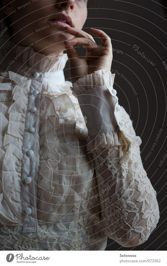 Klassisch schön Mensch feminin Frau Erwachsene Lippen Arme Hand Finger 1 Mode Bekleidung Stoff Bluse Spitze Stehkragen Kragen Rüschen Rüschenhemd Rüschenkragen
