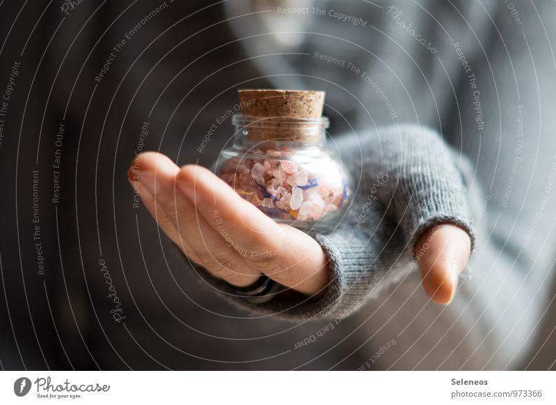 Salz für die Suppe Lebensmittel Kräuter & Gewürze Ernährung Mensch Arme Hand Finger 1 Ring Handschuhe nah Würzig Korken Farbfoto Innenaufnahme Nahaufnahme