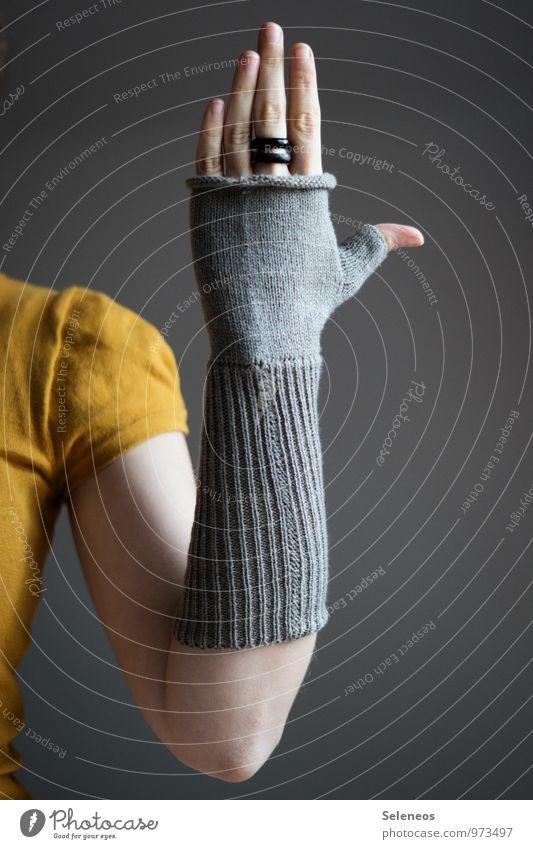 . Mensch Arme Hand Finger 1 Herbst Winter Handschuhe Wärme weich Farbfoto Innenaufnahme