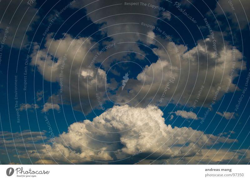 Es kommt Himmel blau Wolken hoch gefährlich bedrohlich Turm Dynamik Gewitter