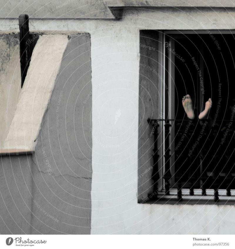 Siesta Mittag Mittagsschlaf Spanien Barcelona Fassade Haus Fenster Balkon schlafen Halbschlaf Pause Gitter Langeweile Fuß fussohle knotzen hochlagern