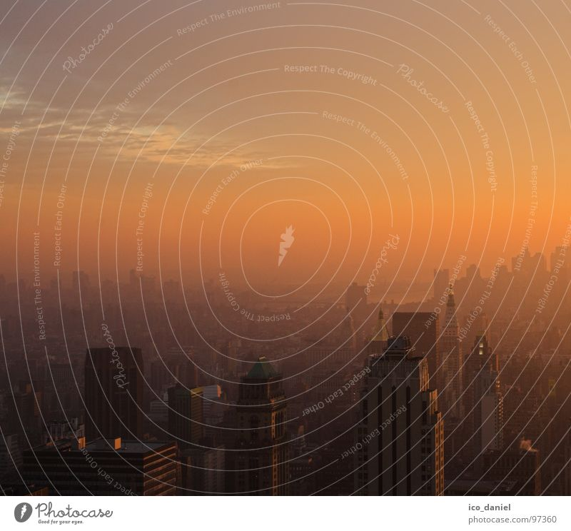 Sonnenuntergangsstimmung in New York Stadt Wolken Ferne Stimmung Hochhaus Elektrizität USA Skyline Aussicht Amerika Stadtzentrum Schlucht Dunst New York City