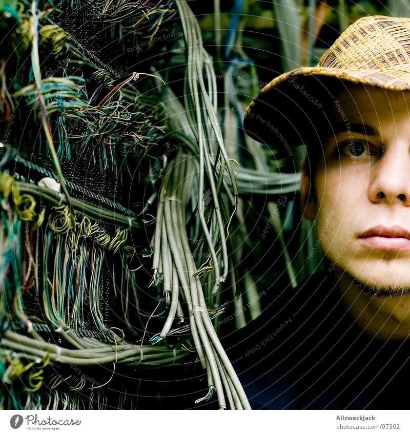 Cable Guy I Porträt Schnur Elektrizität Kabelsalat Vernetzung unordentlich durcheinander Knoten Kabelfernsehen Mann Baseballmütze Mütze Handwerk verfallen