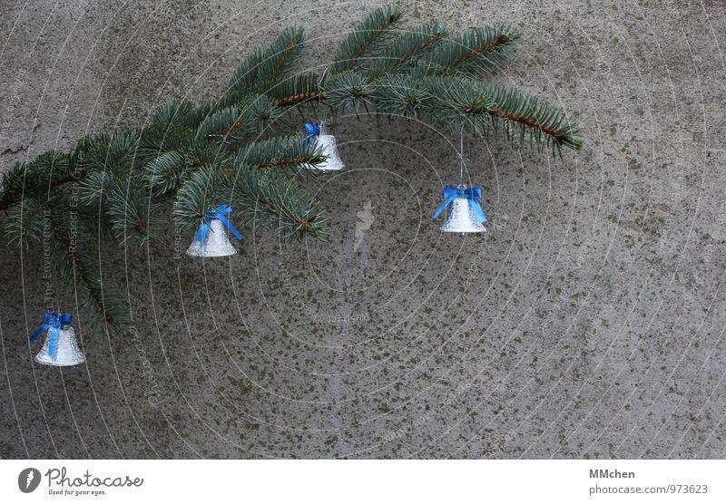 Der Countdown läuft Feste & Feiern Weihnachten & Advent Winter Zweig Ast Mauer Wand Beton grau grün friedlich Güte Menschlichkeit Glocke Schleife hängen Messer