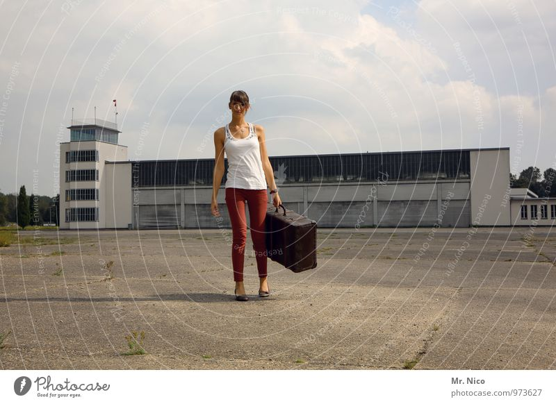 Ab in den Urlaub ! Himmel Ferien & Urlaub & Reisen Jugendliche Wolken 18-30 Jahre Umwelt Erwachsene Wärme Architektur feminin Gebäude Mode Lifestyle Wetter Tourismus stehen