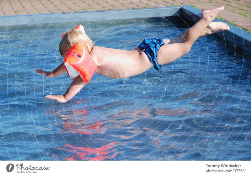 Nichtschwimmer II Kind blau Wasser Ferien & Urlaub & Reisen Sommer Strand Freude kalt Wärme Spielen Junge springen Beine Fuß Schwimmen & Baden Kindheit