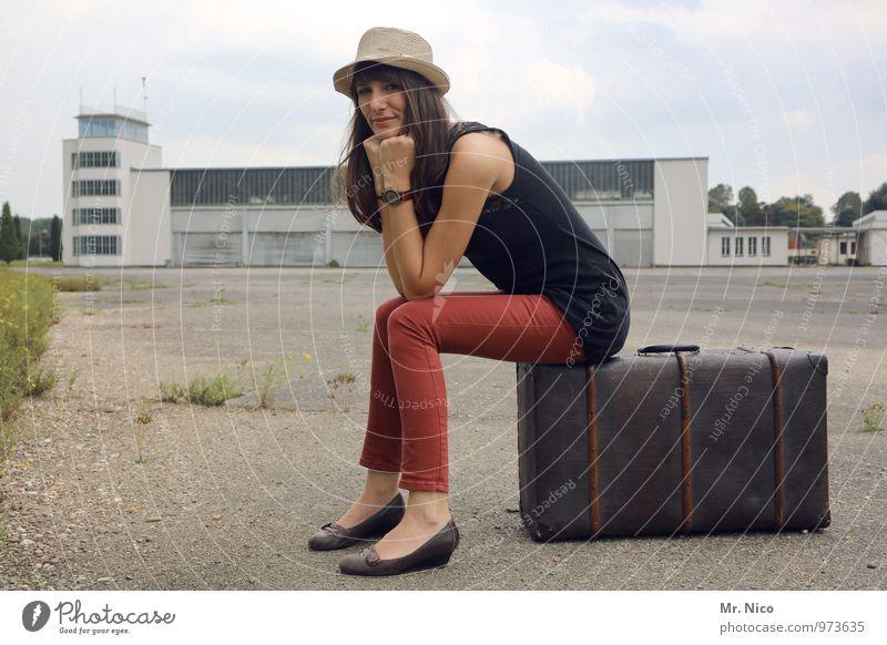 Ab in den Urlaub ! Ferien & Urlaub & Reisen rot Umwelt Architektur feminin Gebäude Mode Lifestyle Tourismus sitzen warten Ausflug Körperhaltung trendy Hut