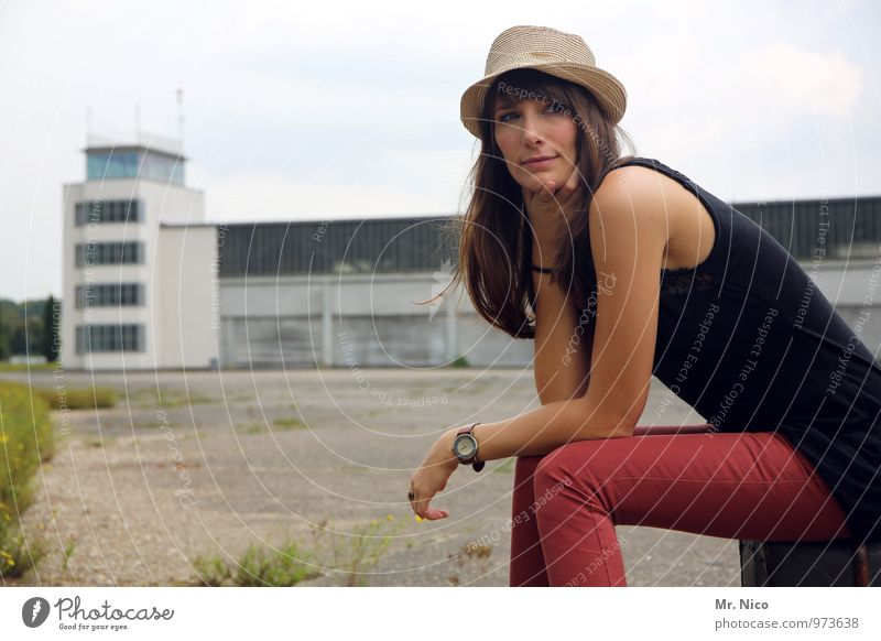 Ab in den Urlaub ! Himmel Ferien & Urlaub & Reisen Jugendliche ruhig 18-30 Jahre Umwelt Erwachsene feminin Gebäude Mode Lifestyle Tourismus sitzen warten Ausflug Körperhaltung