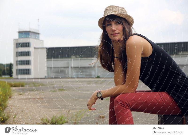 Ab in den Urlaub ! Himmel Ferien & Urlaub & Reisen Jugendliche ruhig 18-30 Jahre Umwelt Erwachsene feminin Gebäude Mode Lifestyle Tourismus sitzen warten