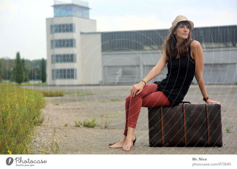 Ab in den Urlaub ! Mensch Ferien & Urlaub & Reisen Pflanze ruhig Wiese feminin Gebäude Zeit Mode Lifestyle Tourismus sitzen warten Ausflug Hut Sommerurlaub