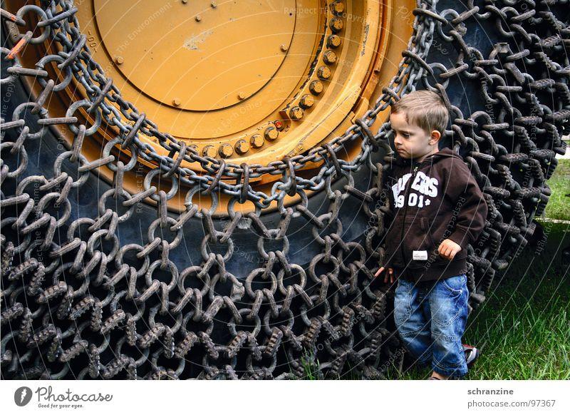 Bub und Maschine Junge Kleinkind Kind Reifen Baustelle Denken groß klein Macht entdecken Lastwagen Industrie Boy Mensch Kette nachdenken Gefährt Trax
