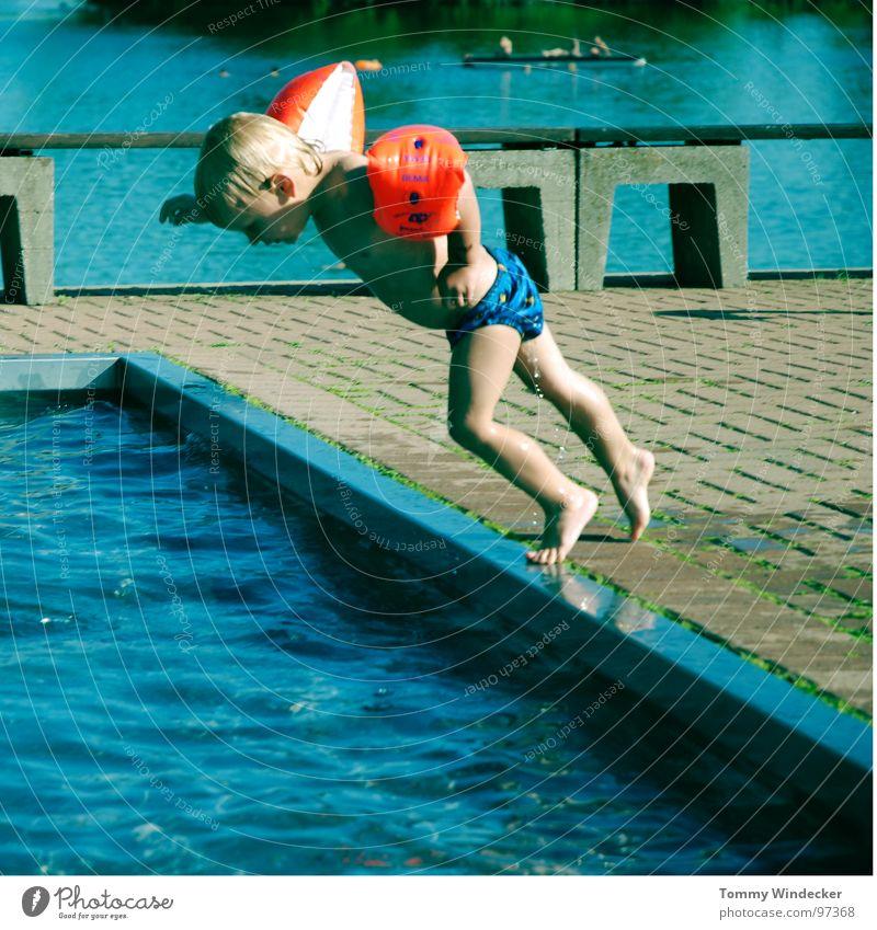 Nichtschwimmer Kind blau Wasser Ferien & Urlaub & Reisen Sommer Strand Freude kalt Wärme Spielen Junge springen Beine Fuß Schwimmen & Baden Kindheit