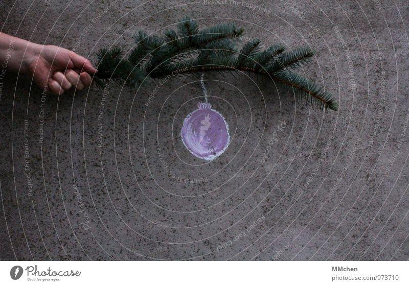 Ich hab ´nen Hänger Dekoration & Verzierung Feste & Feiern Weihnachten & Advent Hand Ast Zweig Mauer Wand Beton grau grün Güte ruhig Frieden Zufriedenheit Kugel