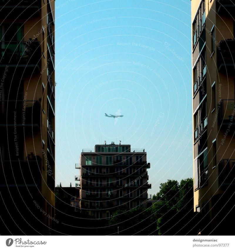 Drei gegen Einen. Himmel Sonne blau schwarz Wand Fenster Angst klein Flugzeug fliegen groß Hochhaus 3 Fassade Trauer USA