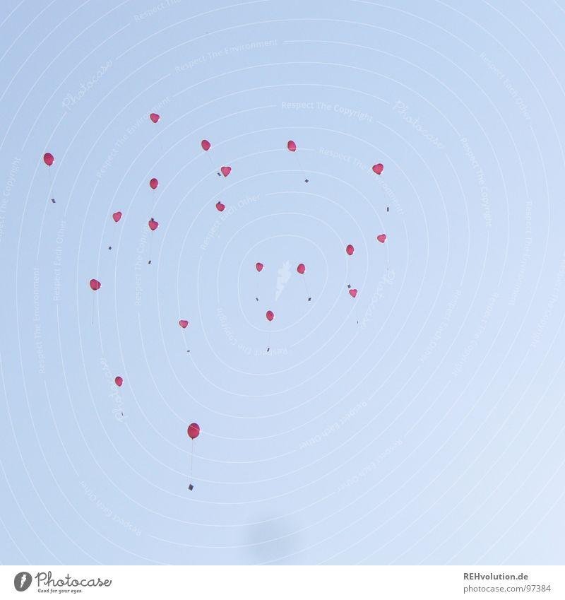 losgelassen loslassen Schweben aufsteigen Luft Luftpost Romantik herzbewegend himmlisch Licht Luftballon mehrere fliegen Freude Himmel blau Herz