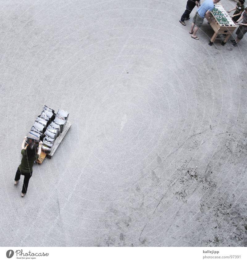 nachschub Mensch oben Erde Arbeit & Erwerbstätigkeit Bodenbelag Güterverkehr & Logistik Bauernhof unten Kies Veranstaltung Versammlung treten Karre Tischfußball