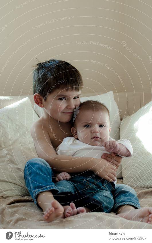 Brüder Mensch Kind Baby Kleinkind Junge Geschwister Bruder Kindheit Leben Haut 2 0-12 Monate 1-3 Jahre berühren genießen Kommunizieren Lächeln Blick Umarmen