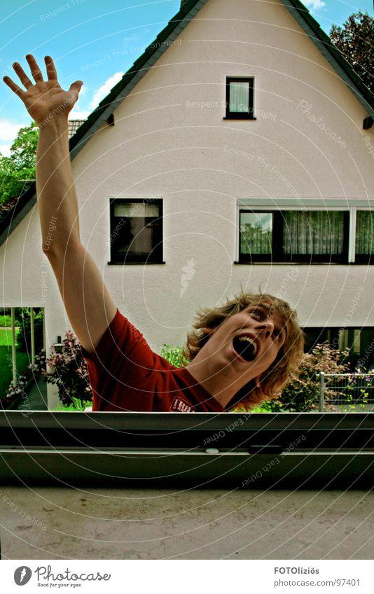 Freier Fall Himmel blau Freude Haus Fenster Dach fallen T-Shirt schreien Hilferuf Köln Fensterbrett Nordrhein-Westfalen Rheinisch-Bergischer Kreis Bergisch Gladbach Refrath