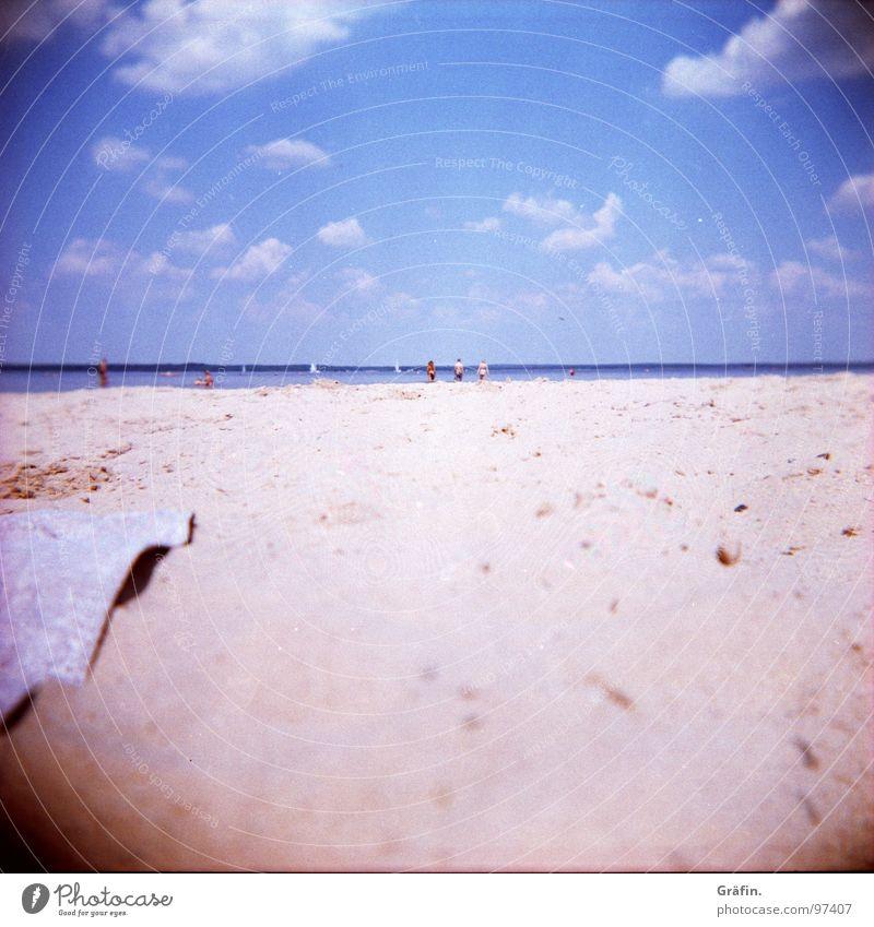 Strandnostalgie Holga Meer Physik Wellen Wolken Handtuch Sonnenbad Sandstrand Wellengang Badegast Erfrischung Cross Processing Unschärfe Erholung
