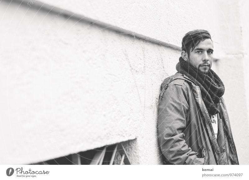 Ich such nicht mehr und finde nur Lifestyle Stil Mensch maskulin Junger Mann Jugendliche Erwachsene Leben Kopf 1 18-30 Jahre Mauer Wand Mantel Schal brünett