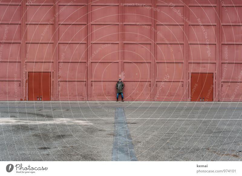 Red is a slow colour. Mensch Jugendliche rot Junger Mann ruhig Haus 18-30 Jahre Erwachsene Leben Stil grau Lifestyle Linie Fassade maskulin Tür