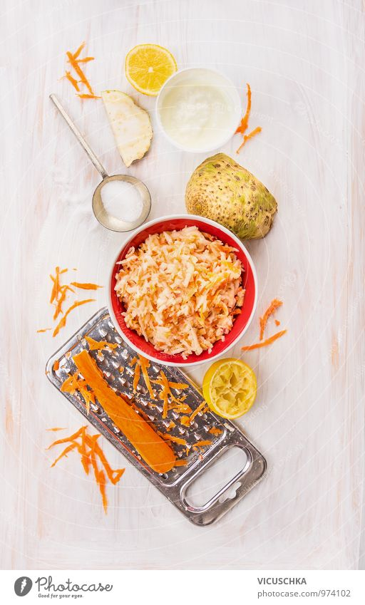 Sellerie und Karotten Salat mit Joghurt, Zutaten Gesunde Ernährung Leben Stil Speise Lebensmittel Lifestyle Frucht Design Küche Gemüse Bioprodukte Geschirr