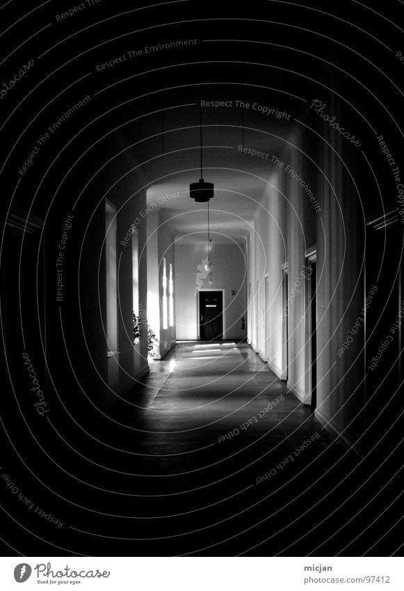 auf der Suche nach Hartz IV gehen vorwärts Meile Unendlichkeit ungewiss unsicher Verwaltung Lampe Licht Stimmung Trauer Angst gefährlich Langeweile Beleuchtung