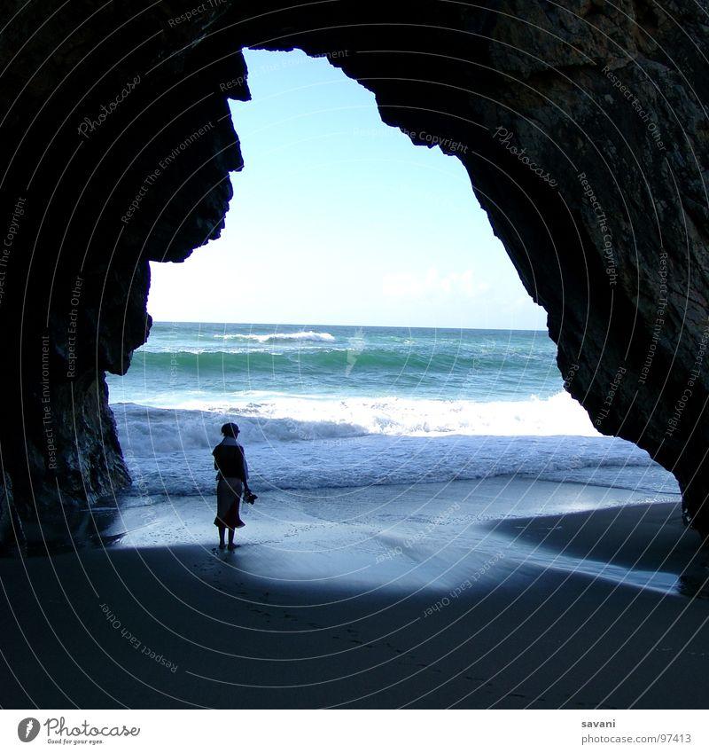 Person am Strand unter Felsen Erholung Schwimmen & Baden Freizeit & Hobby Ferien & Urlaub & Reisen Ferne Freiheit Sommer Sonne Meer Wellen Natur Wasser Horizont