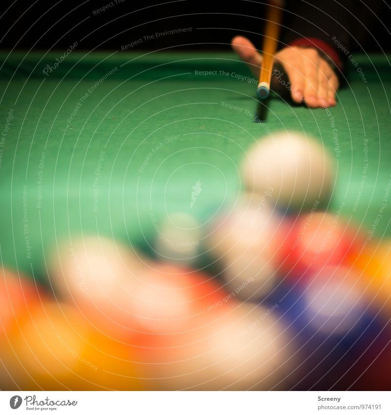 Anvisiert... Freizeit & Hobby Spielen Billardkugel Queue Sport Poolbillard Hand mehrfarbig grün Freude Sportveranstaltung zielen Farbfoto Innenaufnahme