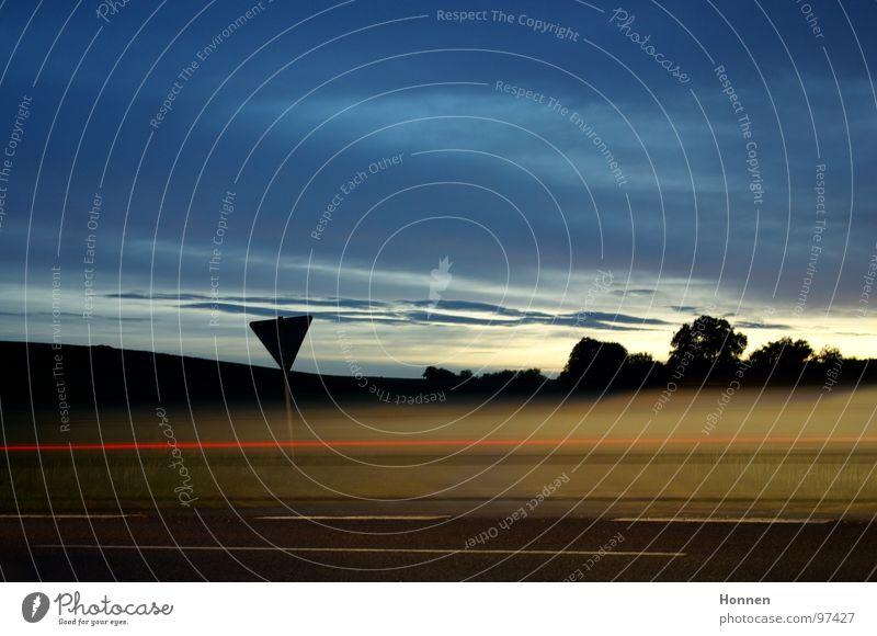 Autobelichtung II Nacht Dämmerung Licht Baum Sträucher Rücklicht Bremslicht Belichtung rot weiß Wolken Horizont fahren Geschwindigkeit Mittelstreifen Fahrbahn